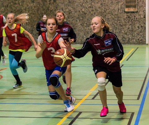 KAMP OM BALLEN: Elevene fra Sokna og Hallingby kjempet hardt for å vinne ballen på skolecupens åpningsdag.