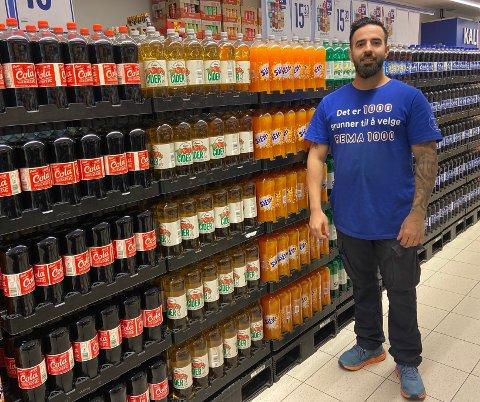 KJØPMANN: Andreas Santorinios (31) Stortrives på Spikkestad. Selv om det er god kundegjennomstrøm i Rema 1000-butikken, er det en ting  Santorinios lærte fra fjorårets blemme.