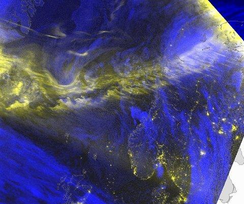 NORDLYS: Det gule «båndet» på satellittbildet er nordlys.
