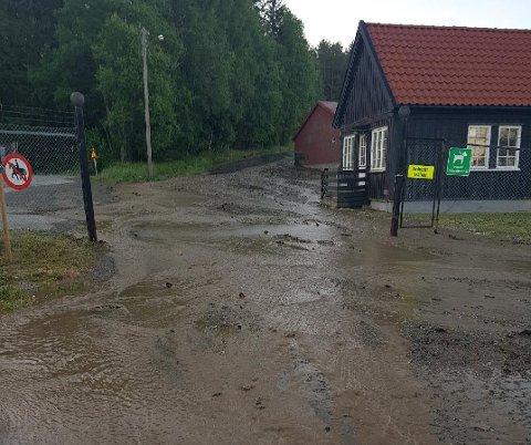FLOMMET: Vannet flommet ned fra Høytorp fort lørdag.