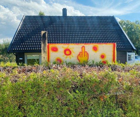 VISER FINGER'N: Dette skiltet ble 1. september satt opp i et nabolag i Moss. Tre dager senere står skiltet der ennå. Foto: Erik-André Kristiansen