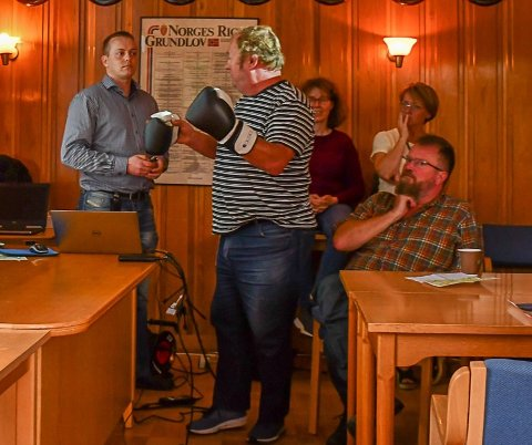 Tor Arne Myhre tok på seg boksehanskene i et møte med Nye Veier på Vegårshei fredag.