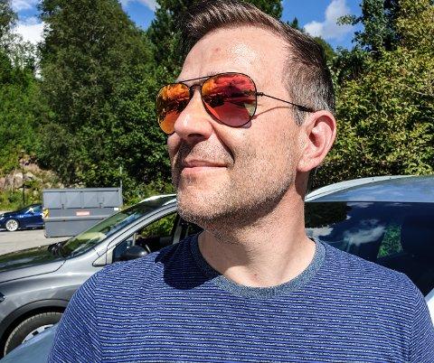 PÅ FERIE: - Alle burde hatt en benkesliper - med stålbørste! mener Stefan Langfors i denne sommerpraten. Selv er han lykkelig når han kan slipe rust av gamle mopeder i furtebua si.