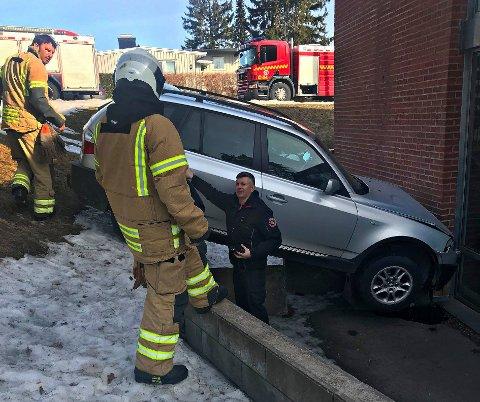SIKRER: Brannvesenet var raskt på plass for å sikre bilen. – Den har en lekkasje som vi må håndtere, sier vakthavende brannsjef Andrew Wright.