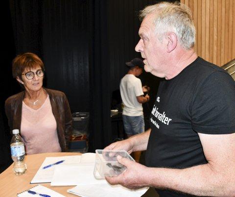 E18-møte: Ordfører Marianne Landaas ser skeptisk ut da Erling Lilleholt åpner boksen han hadde med seg til informasjonsmøtet om ny E18 tirsdag kveld. Foto: Marianne Drivdal