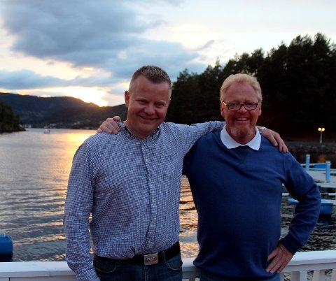 Idyllisk: Mens sola gikk ned på Leira begynte folk å strømme til bryggedans. Innehaver Lars Tore Berg (t.v.) fikk god hjelp av blant annet Geir Lesjø i baren.