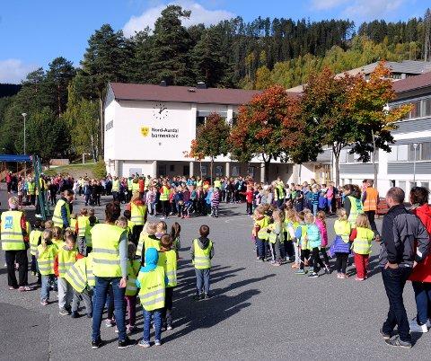400 elever: Over 400 elever deltok i Skolejoggen etter lunsj fredag. Etterpå ventet ei ukes høstferie for skolebarna i Nord-Aurdal. T.h. Omar Dajani, som hadde sitt siste oppdrag som rådmann, samt Oddrun Strømmen fra skolekontoret i kommunen.