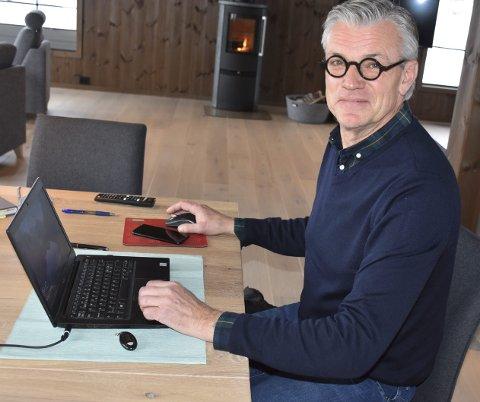 Rådgiver: Erik W. Lothe kommer ofte inn i bildet når hytta skal innredes og utformes og bistår med å diskutere løsninger og muligheter for kundene.