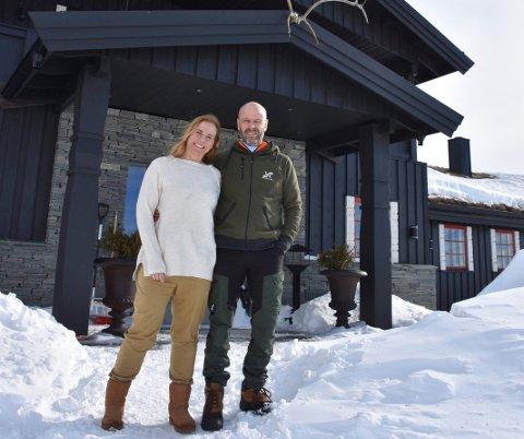 FÅR NÆRINGSSTØTTE: Syndinstøga får 100.000 kroner i næringsstøtte frå Vestre Slidre kommune. Cathrine og Peter Hatcher har drive staden sidan 2018.