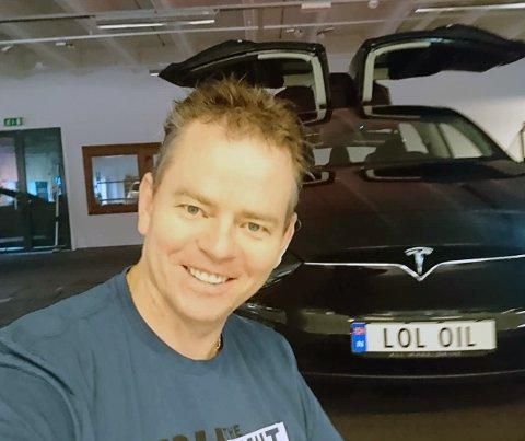Kjetil Arnfinn Sandal sender en hilsen til sin tidligere bransje med bilskiltet sitt.