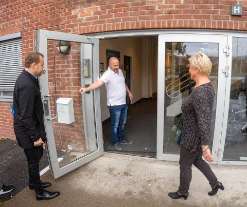 POLITIKERE: Frps Jon Helgheim og Siv Jensen besøkte i september i fjor Robert Eriksen (i døren) og Diabas Entreprenør AS for å høre mer om selskapets problemer med lang kommunal saksbehandling.