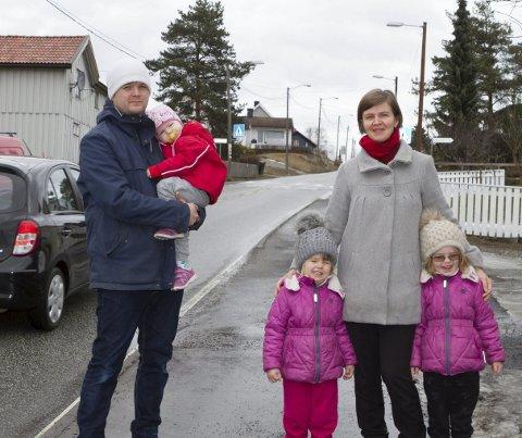 Må tåle mye trafikk:  Familien Andreas Holm og Eva Caspersen med barna Solgunn (t.v), Hillevi og Astrid - bor i Drammensveien i Osbakken i Mjøndalen. Nå etterlyser de en helhetelig plan Foto: Anders Kongsrud.