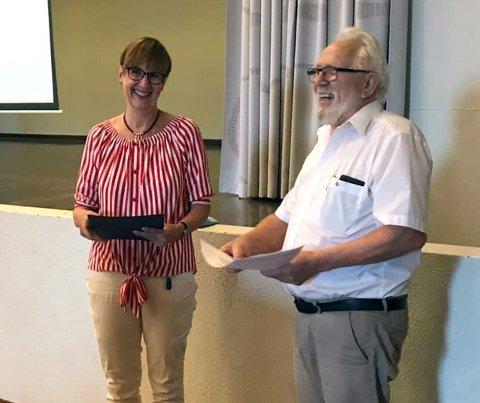 Rådmann Kjersti Øiseth mottar prisen fra Kjell Sørli i Enebakk Rotaryklubb.