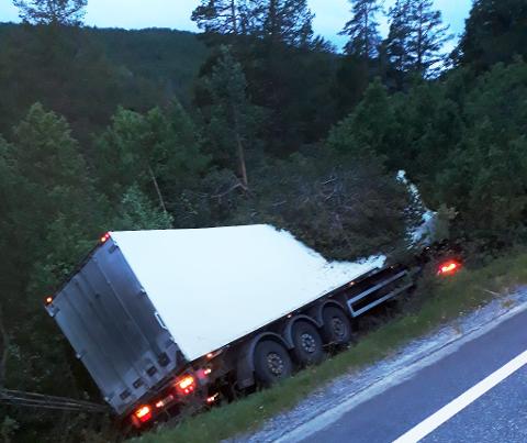 Føreren omkom da en semitrailer kjørte utfor på riksveg 15 ved Billingen i Skjåk ved 03-tiden natt til 13. juli.