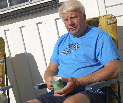 I solveggen: Som pensjonist får Olaf Haakenstad tid til å nyte en kaffekopp i solveggen.
