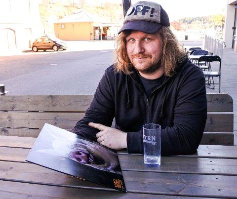 BESKJEDEN: Han er ute med nytt album, men er ikke helt komfortabel med å være i fokus. – Ikke favorittrollen, sier Laurits Mosseby.