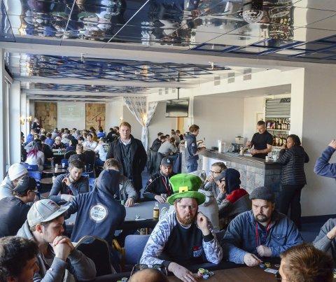 Trakk folk: Pokerturneringa på årets Hardanger spillfestival trakk mykje folk, både spelarar og tilskodarar, til Hardanger Hotel. Arkivfoto: Ernst Olsen