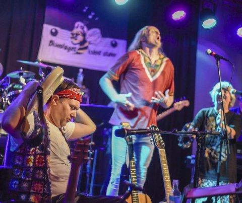 Woodstock: Fredag kveld blir det blant annet gjensyn med noen av de musikalske numrene fra Iris Scene sin Woodstock-kveld i fjor. Håkon Widding med gitaren bak nakken. I bakgrunnen Geir Mæhle og Gunn Gravdal Elton (t.h.). – Vi prøver å dra i gang en støttekonsert for å få en bra start på 2020, sier Stein Egil Legård. Arkivfoto: Eli Lund