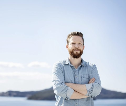 Byr på litteratur i karantenetid: Anders Totland les Vintertonar i bolkar på Facebook. Slik er han framleis «i jobb», han som er vane med å turnera med bøkene sine.  Foto: Marius Knutsen