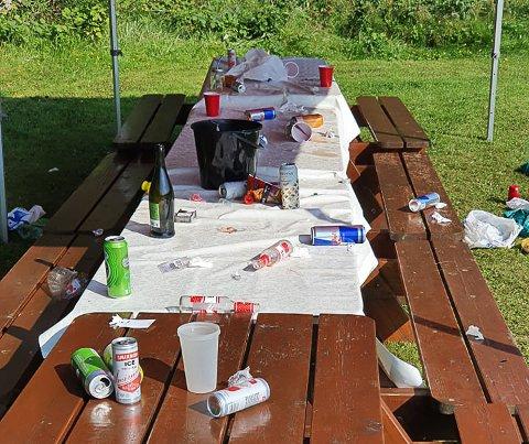 FEST: Restene etter festen lå igjen.