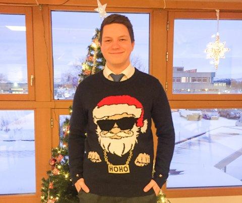JULEKLEDD: I denne genseren stilte Jonas Nymp opp med på kommunestyrets talerstol, og tok et oppgjør med homo-hets.