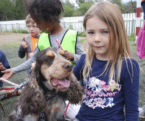 TO GODE VENNER: Madelen Pleym Stokvold (6) har kost seg veldig siden Cookie kom til barnehagen tidligere i sommer.