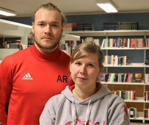 BEKYMRET: Samtlige bibliotekarstillinger på Finnmarks videregående skoler kan ryke fordi fylkeskommunen skal spare penger. I Vadsø er hovedverneombud Andreas Rushfeldt og bibliotekar Helga Kristine Pettersen bekymret for hvordan de foreslåtte endringene kan ramme elever og ansatte.