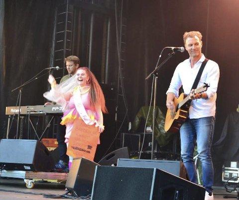 Ble tatt med opp på scenen: Kommende brud Silje Victoria Korsmo Bråten fra Årnes ble tatt med opp på scenen, hvor Trang Fødsel dedikerte en sang til henne.