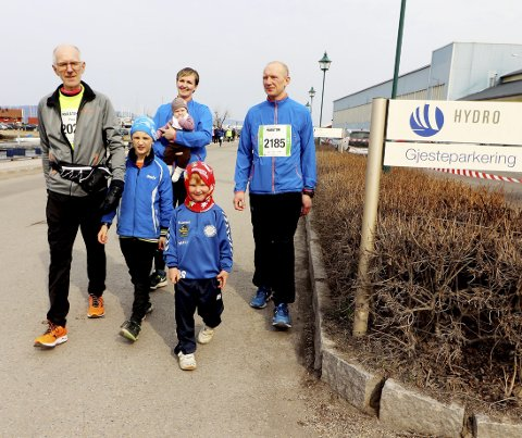 Familien ble med på maratonlørdag: Paul Jensen, hadde tatt med seg flere familiemedlemmer ut i gatene på femkilometeren. Sønnen Richard Solberg, Ida Solberg (mor) med lille Sizzi Sofia Solberg (4 mnd) på armen og i barnevogna, Theo Kristoffer Solberg på 4 år og Caspar Leander Solberg, 7 år. Foto: Pål Nordby