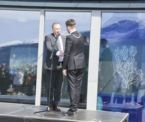 FÅR PENGANE: Knut Førland fortel at Folgefonnstiftinga skal betala tilbake dei 2,7 millionar kronene som er lånt av kommunen. Her frå opningsdagen då Førland og Slettebø gratulerte kvarandre med dagen.
