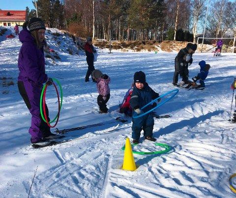 OL: Kva er vel betre enn å utnytta desse flotte vinterdagane til å leika OL ute? Ein av aktivitetane var å kasta «OL-ringar» på kjegler. (Foto: Bringedalsbygda barnehage).