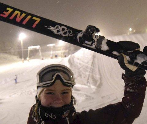 OVERRASKET: Tiril Hansen Pytte var kjempeoverrasket etter at hun vant norgescupåpningen i slopestyle. – Jeg liker big air best, sier 16-åringen fra Kongsberg Freestyleklubb.FOTO:  HOSTVEDT