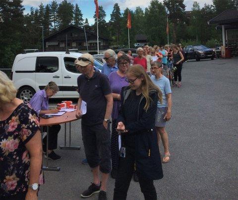 PARKERINGSKAOS OG KØ: Mange hadde møtt opp for å sikre seg middel mot brunsneglen. Så mange at det skapte både parkeringskaos og kø på Gamlegrendåsen.