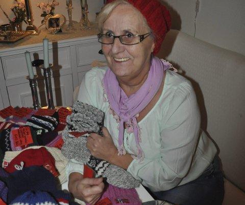 HOBBY: -Det er artig at min hobby kan varme andre, sier en glad Anne Lise som prøver en av luene.
