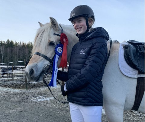 TRANGT OM PLASSENE: Mille Haldorsen Wennersten  (15) sikret kvalifiseringen sammen med rideskoleponnien Frøya i januar., og fikk i helgen delta på Norwegian Horse Festival i Lillestrøm, som er et internasjonalt stevne.