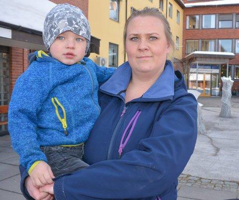 SYKEHUSTABBE: Kari Bratterud og samboeren fikk beskjed av Notodden sykehus om at sønnen Even hadde hjertet på høyre side. Etter to uker ble tabben oppdaget - røntgenbildet var speilvendt.