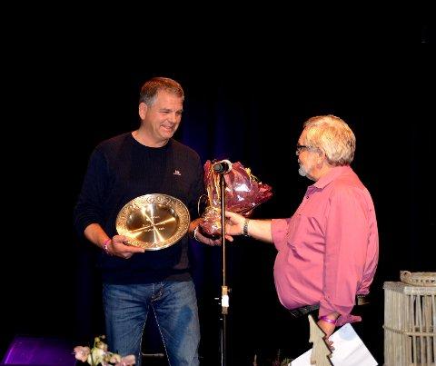 Arne Stasviken får tildelt Vågåfatet av Torleif Kvehaugen.