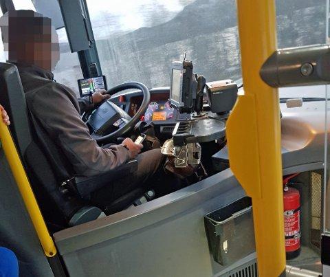 PÅ MOBILEN: Flere ganger på turen skal sjåføren ha tatt opp mobilen og brukt den. Nobina kaller det et klart brudd på deres retningslinjer.