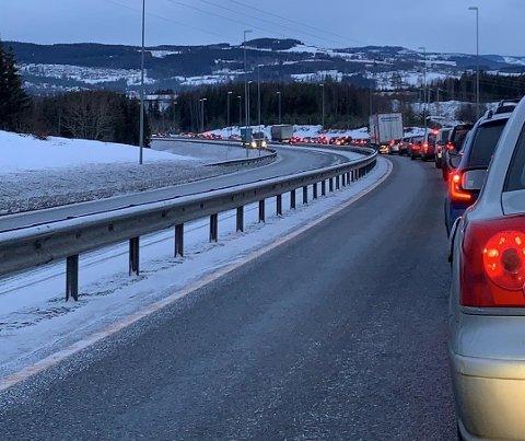 LANGE KØER: Nordgående på riksvei 4 fra Raufoss mot Gjøvik var det lange køer onsdag morgen.