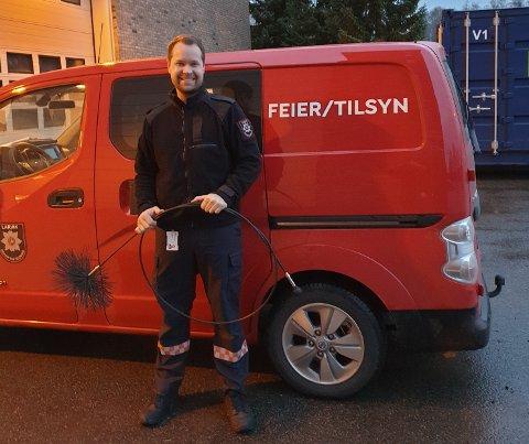 FORNØYD :Feier Kim Skaara Nilsen, og de andre ansatte er veldig fornøyd med å slippe permitteringer denne vinteren.