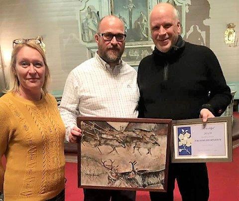 Årets ildsjel Halvor Hilmersen, prisutdeler Lars Lauritzen og Mariann Svellingen i Nesna frivilligsentral etter utdelingen i helga.