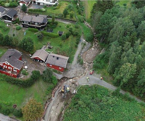 Bekkelukking som gikk tett i Brumunddal ved kraftig nedbør