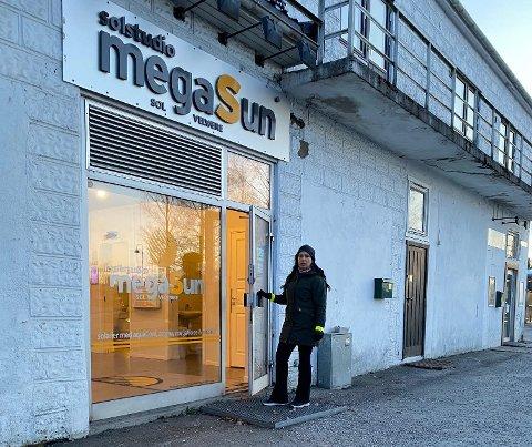 STUSSET: Tone Røe Skaar og samboeren stusset over åpne dører hos Megasun senest onsdag. Torsdag ble det stengt.