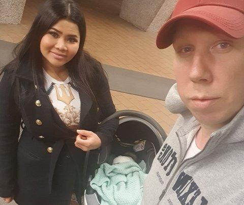 GLEDE: Chitraphon Inthawongngoen og Vegard Sveen på vei hjem fra sykehuset. De har fått et nytt tilskudd til familien.