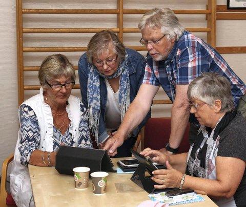 KURS: Kurs og opplæring er blant virksomhetene som Seniornett i Røyken bedriver. Her lærer  Jan Omar Børresen Petra Stroli, Anne-Stine Johnsen og Kari Mathisen navigering på nettbrettet.