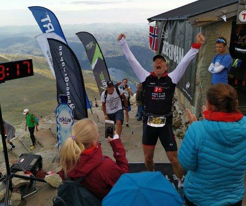 LYKKE: Per-Erik Stickler Holm kom inn til 118. plass i årets Norseman Xtreme Triathlon, og ble møtt av en stor gruppe med familie og venner.