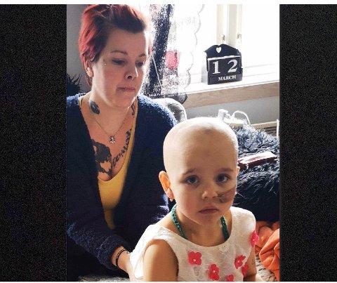 I RISIKOGRUPPA: Tone Remme Johnsen (37) ber folk ta hensyn til hennes kreftsyke datter og alle andre som er i risikogruppa om å holde seg hjemme.