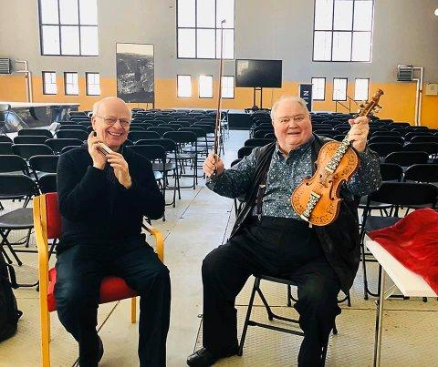 """HØYTIDSHALLEN: Sigmund Groven og Knut Buen har spilt inn plata """"The Sound of Telemark"""" i maskinhallen på Vemork."""