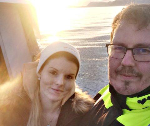 - Det er allerede sju-åtte båter som har sagt at de blir med, men det kommer nok flere, sier Einar seljehaug som vil ha båtparade i Averøy 17. mai. Her sammen med Ann Marit Seljehaug.