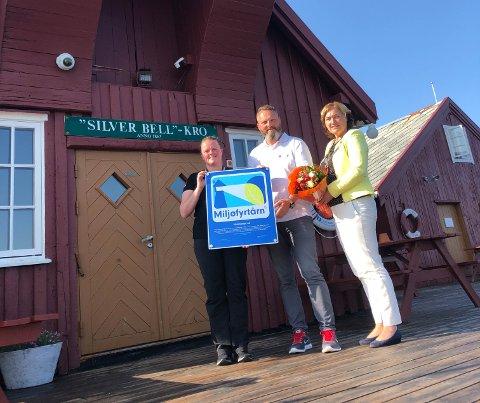 Hotellet blir drevet av ekteparet Hanne (Til venstre) og Ketil Jentoft. Her blir de tildelt Miljøfyrtårnbeviset av ordfører Ingrid Ovidie Rangønes i Averøy kommune i 2020.